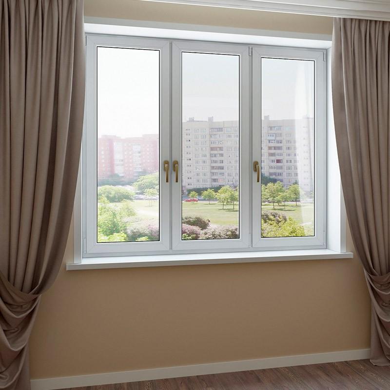 Пластиковое трехстворчатое окно в интерьере